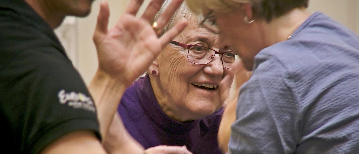 Dansande människor i en workshop på Skånes Dansteater för personer med Parkinsons sjukdom.
