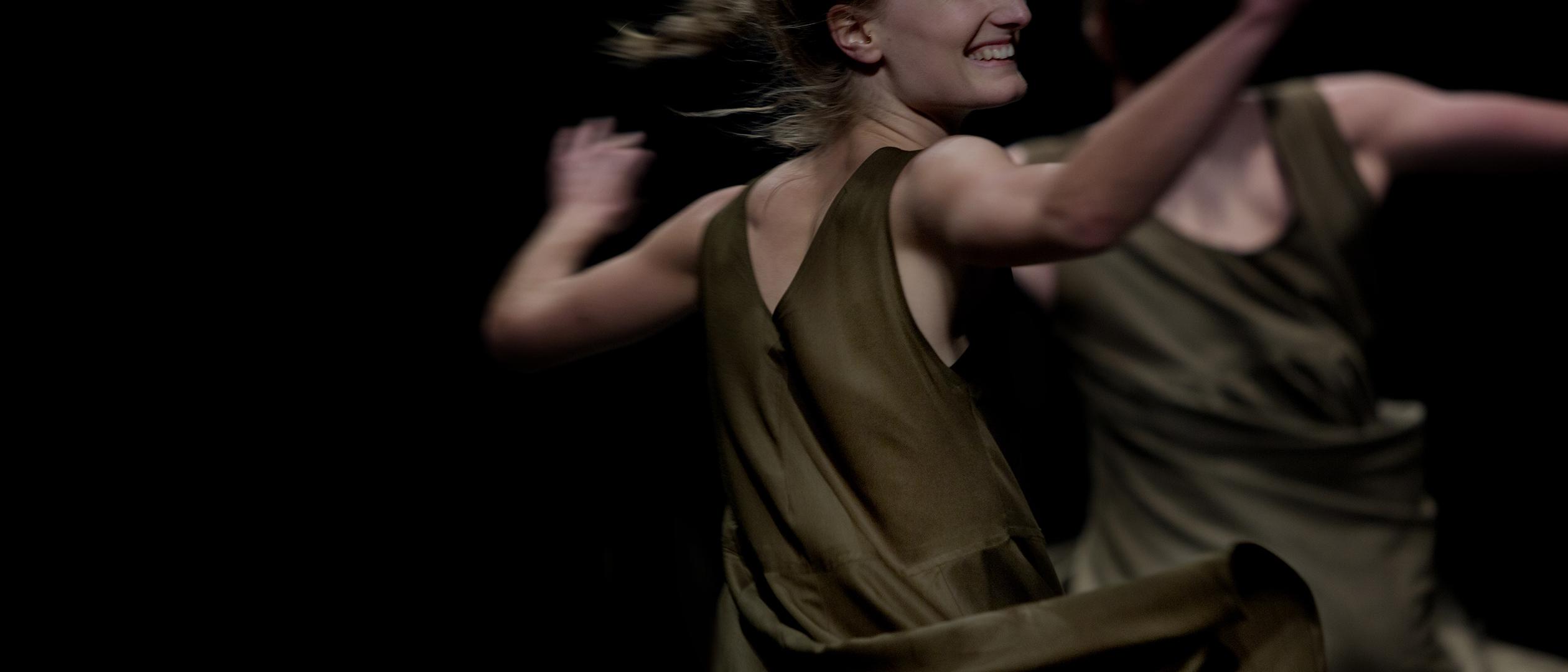 Virvlande dansare i dansverket Rikud av Nir Ben Gal och Liat Dror, ur Skånes Dansteaters föreställning Playground.