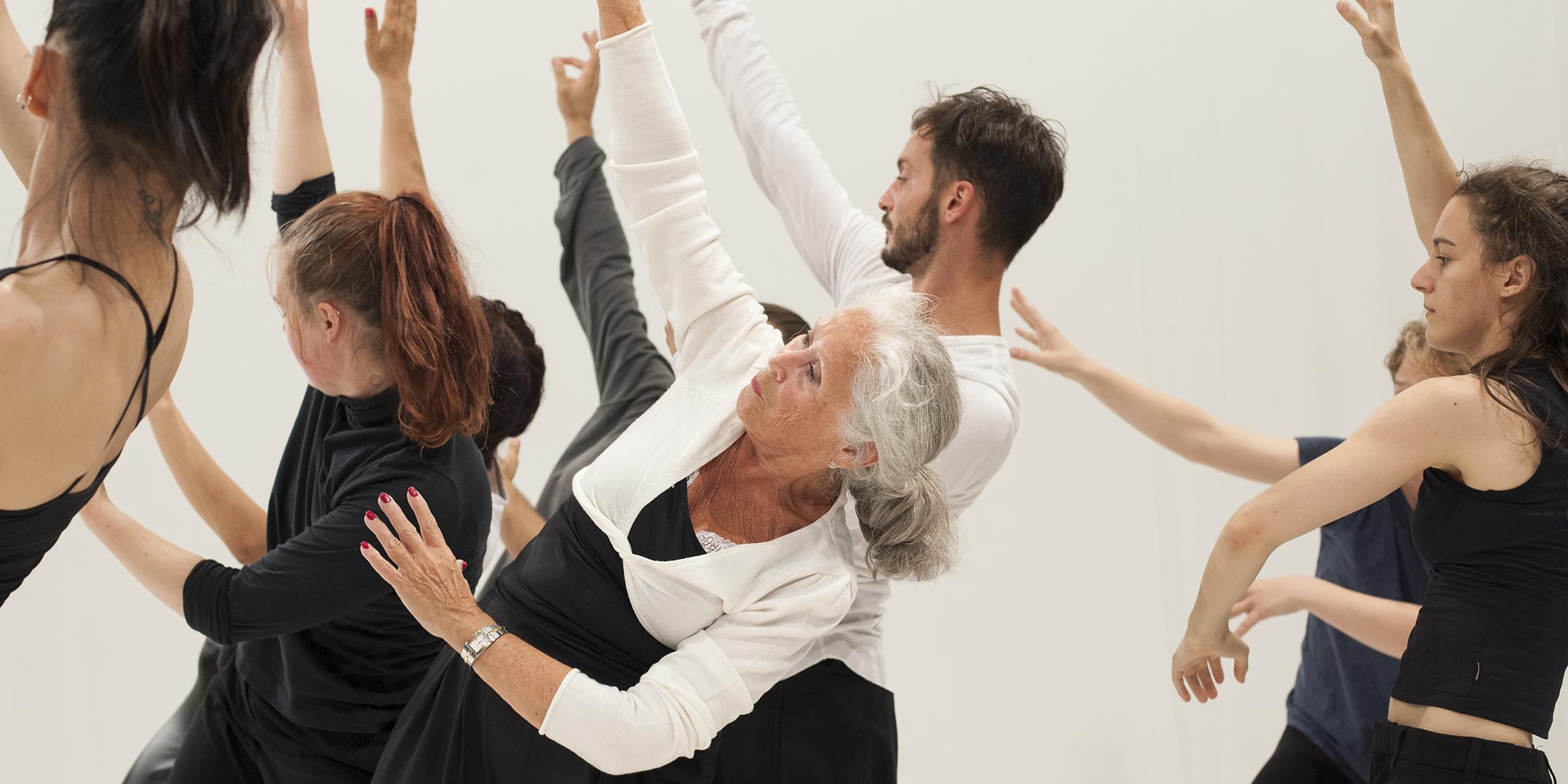 Professionella och icke-professionnella dansare som dansar tillsammans. Foto: Chris Nash