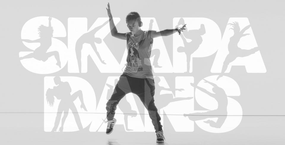 Dansande kvinna med logotypen för koreografitävlingen Skapa Dans i bakgrunden