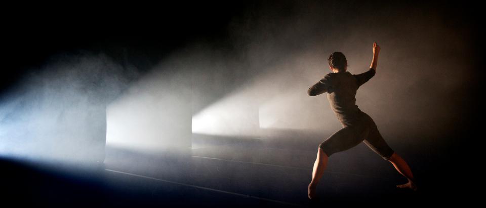 Föreställningsbild ur Skånes Dansteaters dansföreställning SVART.BLÅ, koreografi: Örjan Andersson, dansare: Hazuki Kojima, foto: Malin Arnesson.