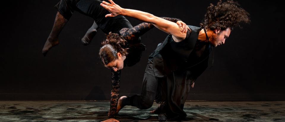 Föreställningsbild ur Black Box Theatre & Dances dansföreställning A Space in the Dark, koreografi: Ben Wright, dansare: Black Box Theatre & Dance, foto: Christian Andersen.
