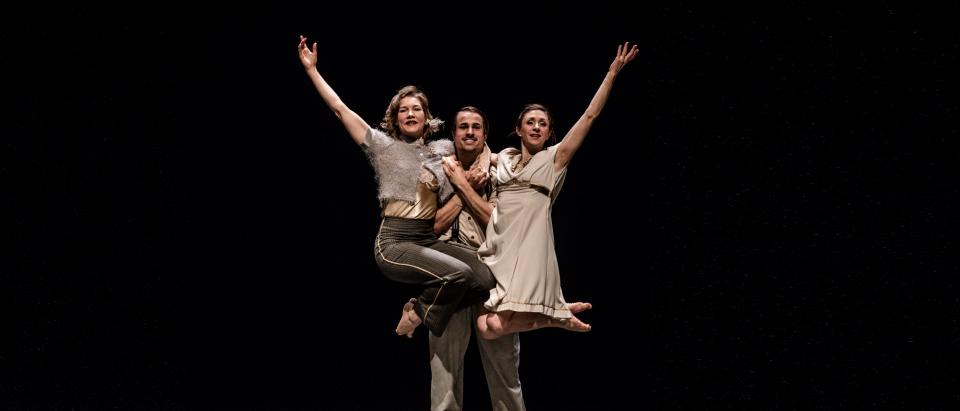 Föreställningsbild ur dansföreställningen Lunchdans, The Entertainers, koreografi: Roser López Espinosa, dansare: Laura Lohi, Tiemen Stemerding, Sarah Bellugi Klima, foto: Jenny Baumgartner.
