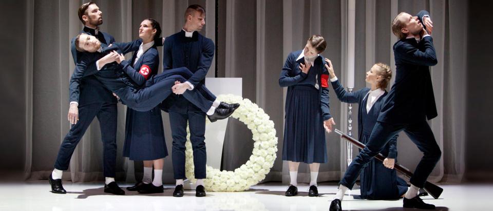 Föreställningsbild ur Skånes Dansteaters dansföreställning M&M, Av jord ska du åter bli, koreografi: Marcos Morau, foto: Malin Arnesson.