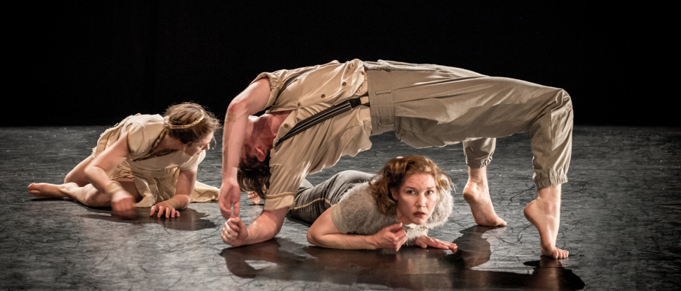 Bild ur Skånes Dansteaters dansföreställning Sweden Connection I, The Entertainers, koreografi: Roser Lopéz Espinosa, dansare: Sarah Bellugi Klima, Laura Lohi och Matthew Walsh Bade, foto: Jenny Baumgartner.