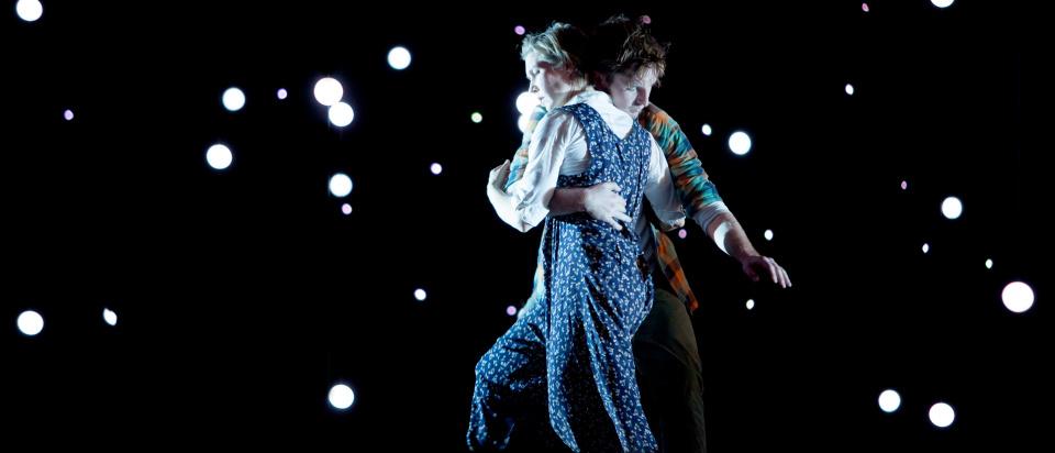 Föreställningsbild ur Skånes Dansteaters dansföreställning To see the world while the light lasts, koreografi: Ben Wright, dansare: Laura Lohi, Matthew Walsh Bade, foto: Malin Arnesson.