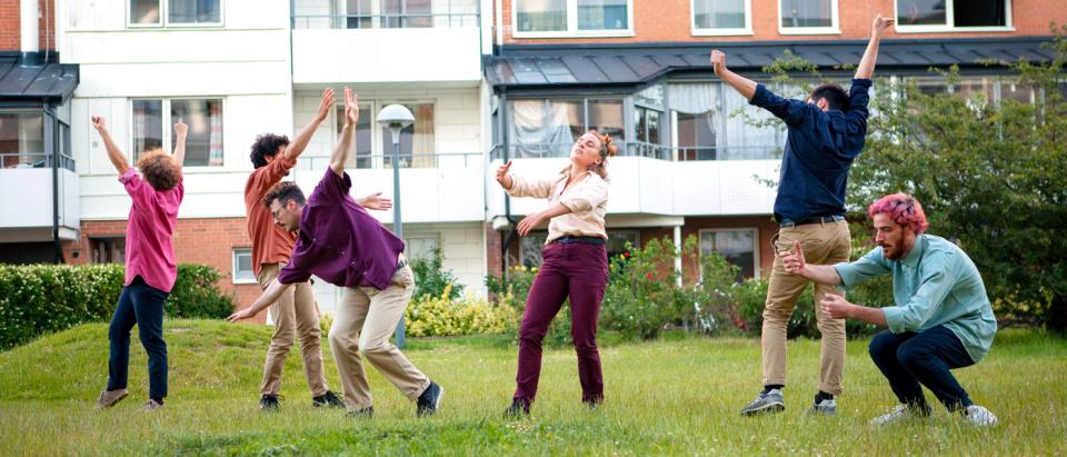 Föreställningsbild ur Skånes Dansteaters dansföreställning When the Crowds are Gone, koreografi: Kit Brown, dansare: Skånes Dansteater, foto: Mira Helenius Martinsson.