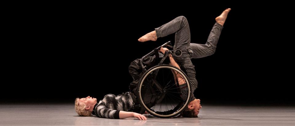 Föreställningsbild ur Skånes Dansteaters dansföreställning Fine Lines, koreografi: Roser López Espinosa, dansare: Madeleine Månsson och Anna Bòrras Picó, foto: Tilo Stengel.