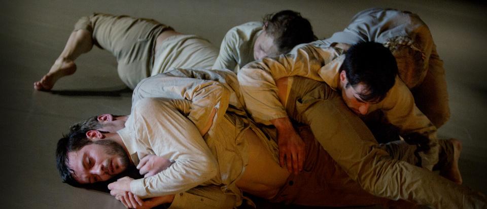Bild ur Skånes Dansteaters dansföreställning it is like a large animal deep in sleep, koreografi: Marina Mascarell, foto: Malin Arnesson.