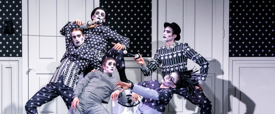 Föreställningsbild ur Skånes Dansteaters dansföreställning Djurens karneval, koreografi: Marcos Morau, dansare: Skånes Dansteater, foto: Lars Kroon.