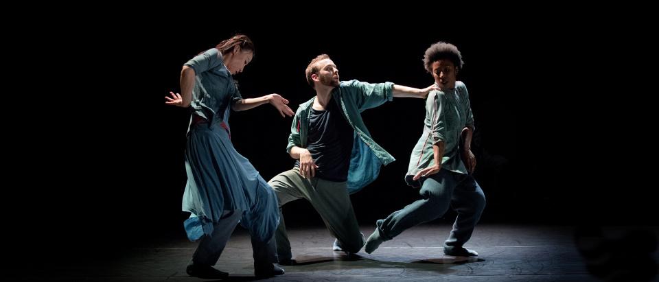 Bild från Skånes Dansteaters dansföreställning NAYRAB, koreografi: Laurence Yadi och Nicholas Cantillon, dansare: Jing Yi Wang, Samuel Denton, Britannie Brown, foto: Malin Arnesson.