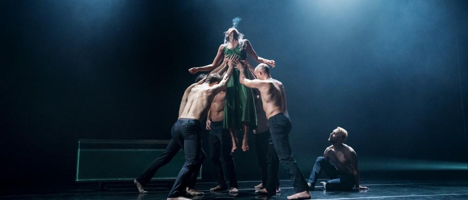 Föreställningsbild ur Dansk Danseteaters dansföreställning Siren, koreografi: Pontus Lidberg, dansare: Dansk Dansteater, foto: Paul Kolnik.