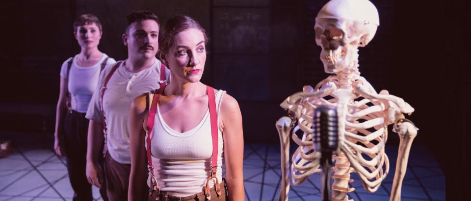 Bild ur gästspelet Typiskt Typisk av och med Regionteatern Blekinge Kronoberg. Foto: Sara Galbiati.