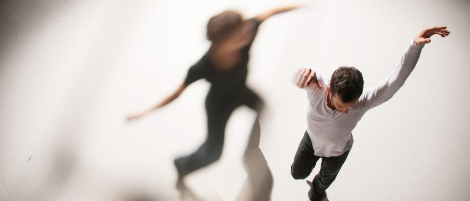 Skånes Dansteaters dansare Sara Åman och Riccardo Zandoná ovanifrån. Foto: Chris Nash.